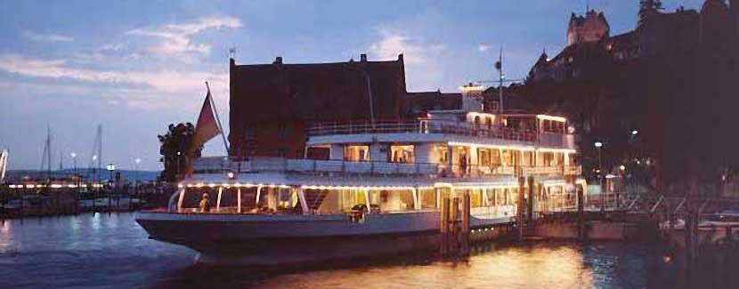 Foto: Uwe Hülshorst – Tanzschiff im Hafen von Meersburg