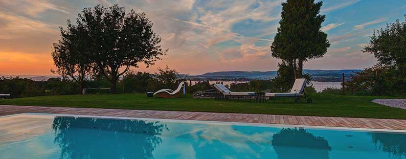 Foto: Hotel Gasthof Hirschen – Außenpool mit Seesicht