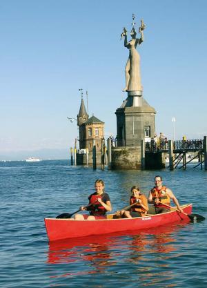 Foto: LaCanoa - Kanufahrer vor der Imperia in Konstanz