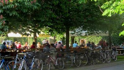 und der wunderschöne Biergarten unter Kastanienbäumen ist allein schon ein Besuch wert!