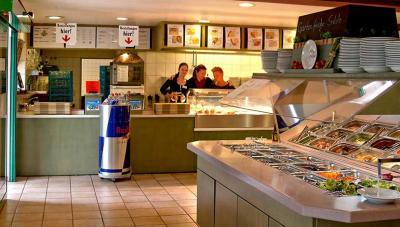 Das Selbstbedienungs-Restaurant bietet gepflegte Getränke und Spezialitäten aus der Region.