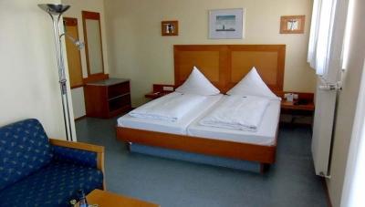 Zur Verfügung stehen 2 Einzel- und 12 Doppelzimmer, alle mit Dusche, WC und teils Balkon,